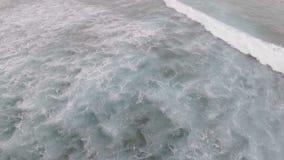 Opinión aérea del abejón sobre el océano azul de la turquesa, ondas grandes Inflamación enorme y el hacer espuma espa?a almacen de video