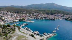 Opinión aérea del abejón sobre la agua de mar azul en la costa de la ciudad en el Sithonia, Chalkidiki, Grecia de Neos Marmaras metrajes