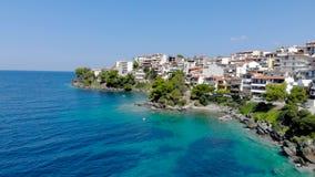 Opinión aérea del abejón sobre la agua de mar azul en la costa de la ciudad en el Sithonia, Chalkidiki, Grecia de Neos Marmaras almacen de video