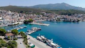 Opinión aérea del abejón sobre la agua de mar azul en la costa de la ciudad en el Sithonia, Chalkidiki, Grecia de Neos Marmaras almacen de metraje de vídeo