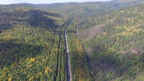 Opinión aérea del abejón video sobre el camino en el bosque en la manera al lago Baikal almacen de video