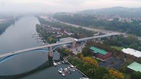 Opinión aérea del alto ángulo de la isla del aterrizaje de Washington en Pittsburgh almacen de metraje de vídeo