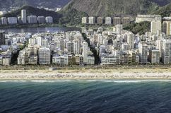 Opinión aérea del alto ángulo de la playa de Ipanema en Rio de Janeiro Imagen de archivo