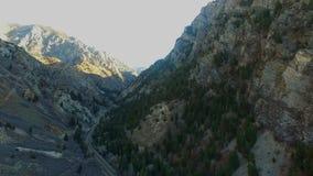 Opinión aérea del alto ángulo de un Canyon Road profundo con la conducción de automóviles abajo del camino almacen de video