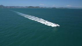 Opinión aérea del barco rápido metrajes