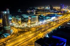 Opinión aérea del centro de ciudad de Bahrein en la noche Imágenes de archivo libres de regalías