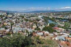 Opinión aérea del centro de ciudad de Tbilisi de la fortaleza de Narikala, Georgia Fotografía de archivo libre de regalías
