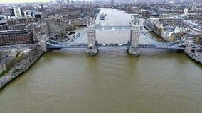 Opinión aérea del helicóptero del puente famoso de la torre en Londres Foto de archivo libre de regalías