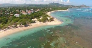 Opinión aérea del helicóptero sobre la isla exótica y ondas hermosas del mar Agua pura y arrecifes de coral verdes Lugar turístic almacen de video