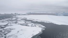 Opinión aérea del hielo del paisaje impetuoso antártico de la costa almacen de metraje de vídeo