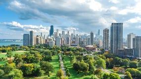 Opinión aérea del horizonte de Chicago desde arriba, el lago Michigan y ciudad del paisaje urbano céntrico de los rascacielos de  foto de archivo