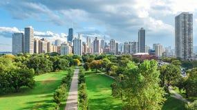 Opinión aérea del horizonte de Chicago desde arriba, el lago Michigan y ciudad del paisaje urbano céntrico de los rascacielos de  fotografía de archivo libre de regalías