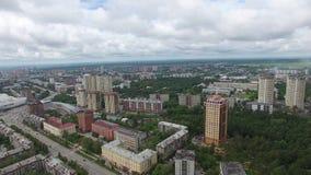 Opinión aérea del horizonte de la ciudad metrajes