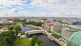 Opinión aérea del horizonte de la ciudad y del río de la diversión, Alemania de Berlín almacen de metraje de vídeo