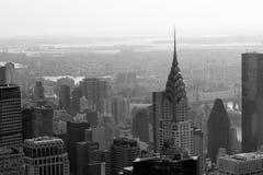 Opinión aérea del horizonte del edificio y de New York City de Chrysler en blanco y negro Fotos de archivo