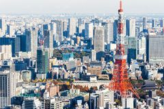 Opinión aérea del horizonte moderno panorámico de la ciudad debajo del cielo azul en Tokio, Japón fotografía de archivo libre de regalías