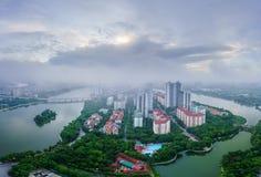 Opinión aérea del horizonte del paisaje urbano de Hanoi en el amanecer con las nubes bajas Península de Linh Dam, distrito de Hoa Fotos de archivo