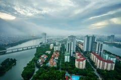 Opinión aérea del horizonte del paisaje urbano de Hanoi en el amanecer con las nubes bajas Península de Linh Dam, distrito de Hoa Foto de archivo libre de regalías