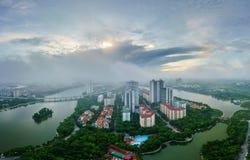 Opinión aérea del horizonte del paisaje urbano de Hanoi en el amanecer con las nubes bajas Península de Linh Dam, distrito de Hoa Fotos de archivo libres de regalías