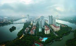 Opinión aérea del horizonte del paisaje urbano de Hanoi en el amanecer con las nubes bajas Península de Linh Dam, distrito de Hoa Imagenes de archivo