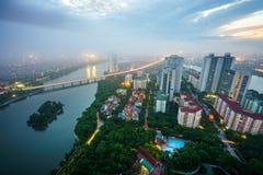 Opinión aérea del horizonte del paisaje urbano de Hanoi en el amanecer con las nubes bajas Península de Linh Dam, distrito de Hoa Imagen de archivo