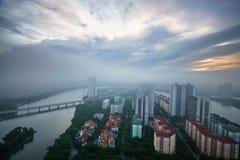 Opinión aérea del horizonte del paisaje urbano de Hanoi en el amanecer con las nubes bajas Península de Linh Dam, distrito de Hoa Foto de archivo