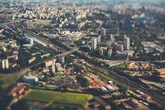 opinión aérea del Inclinación-cambio de las pistas de ferrocarril de la ciudad de fotos de archivo libres de regalías