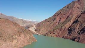 Opinión aérea del lanzamiento del abejón del Pamir, del Afganistán y del río de Panj a lo largo del pasillo de Wakhan almacen de metraje de vídeo