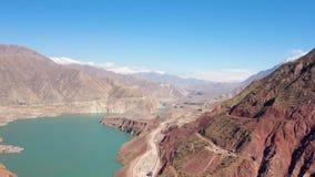 Opinión aérea del lanzamiento del abejón del Pamir, del Afganistán y del río de Panj a lo largo del pasillo de Wakhan metrajes