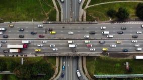 Opinión aérea del lapso de tiempo del empalme de camino grande en ciudad con los coches, camiones, autobuses Haga girar alrededor almacen de metraje de vídeo