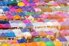 Opinión aérea del mercado de pulgas de la noche del color que camina múltiple imagenes de archivo