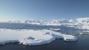 Opinión aérea del océano del paisaje épico ártico de la montaña