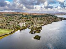 Opinión aérea del otoño del castillo de Dunvegan, isla de Skye imágenes de archivo libres de regalías