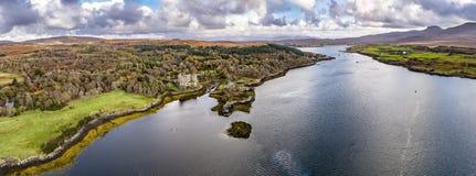 Opinión aérea del otoño del castillo de Dunvegan, isla de Skye foto de archivo