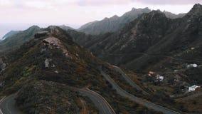 Opinión aérea del pájaro - conducción de automóviles sobre paso de montaña en el parque nacional Anaga, Tenerife metrajes