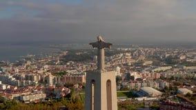 Opinión aérea del pájaro del santuario de Cristo el rey en portugués portuguese Santuario de Cristo Rei almacen de video