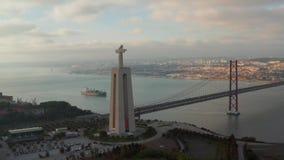Opinión aérea del pájaro del santuario de Cristo el rey en portugués portuguese Santuario de Cristo Rei almacen de metraje de vídeo