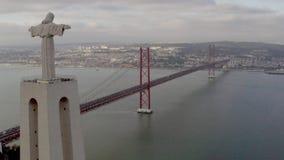 Opinión aérea del pájaro del santuario de Cristo el rey en portugués portuguese Santuario de Cristo Rei metrajes