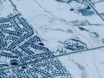 Opinión aérea del paisaje de la nieve del invierno de la tierra rural y de la ciudad entre Minneapolis Minnesota e Indianapolis I fotos de archivo