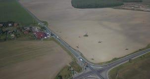 Opinión aérea del paisaje de la primavera sobre el cruce pixeles de 4k 4096 x 2160 almacen de video