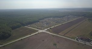 Opinión aérea del paisaje de la primavera sobre el cruce pixeles de 4k 4096 x 2160 almacen de metraje de vídeo
