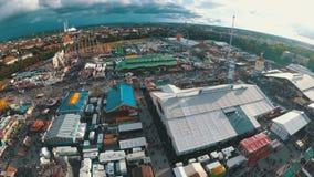 Opinión aérea del paisaje de Oktoberfest de la torre móvil de la caída del cielo del descenso de la atracción baviera almacen de metraje de vídeo