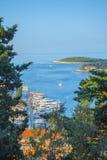 Opinión aérea del paisaje marino a las aguas de la turquesa del mar adriático en la isla Hvar Croacia Destino famoso de la navega fotografía de archivo