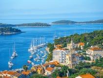 Opinión aérea del paisaje marino a las aguas de la turquesa del mar adriático en la isla Hvar Croacia Destino famoso de la navega fotos de archivo