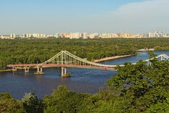 Opinión aérea del paisaje del río Dnipro con el puente peatonal Conecta la parte central de Kiev con el área del parque imagen de archivo libre de regalías