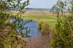 Opinión aérea del paisaje sobre el río de Desna con los prados inundados y los campos hermosos Imagenes de archivo