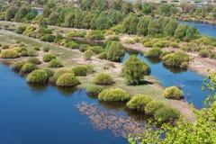 Opinión aérea del paisaje sobre el río de Desna con los prados inundados y los campos hermosos Foto de archivo libre de regalías