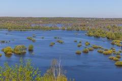 Opinión aérea del paisaje sobre el río de Desna con los prados y los campos inundados Visión desde el alto banco en desbordamient Imagen de archivo