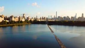 Opinión aérea del paisaje urbano de Nueva York del depósito de Central Park almacen de metraje de vídeo