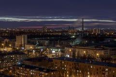 Opinión aérea del paisaje urbano del invierno de la noche de industrial y de la sala de estar en Voronezh fotografía de archivo libre de regalías